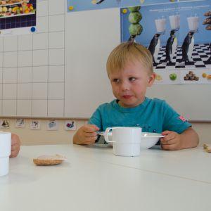 Lapsia ruokailemassa päiväkodissa.