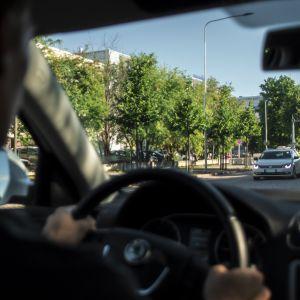Kuski ajaa autolla oulussa, auto, liikennevalot