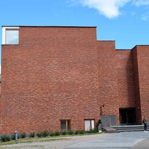 Jyväskylän yliopiston päärakennuksen eteläinen julkisivu.