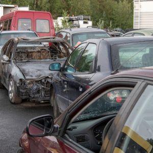 Kellon hajottamolle tuotuja hylättyjä ajoneuvoja.