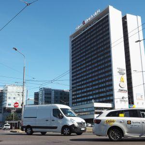 Liikennettä Viru-hotellin edessä