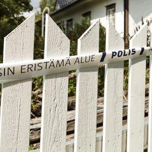 Poliisin eristämä alue -nauha omakotitalon aidalla Söderkullassa Sipoossa 3. elokuuta.