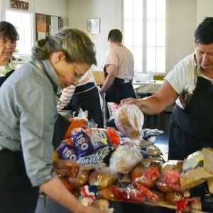 Vaasan Ruoka-avun vapaaehtoiset laittamassa ruokaa esille