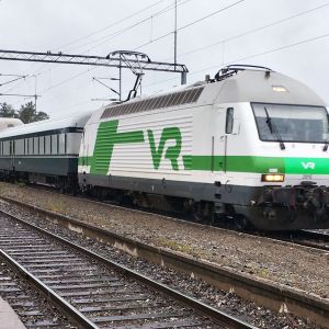 Haukivuoren ohi pyyhältää 12 matkustajajunaa päivässä.
