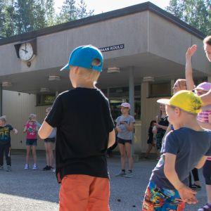 Liikuntaohjaajat vetävät välituntijumppaa Nuijamaan koulun oppilaille