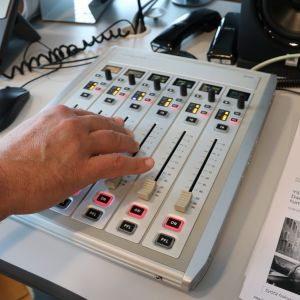 Käsi radioliu'ulla.