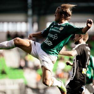 SJK:n Anders Bååth syöksyy palloon VPS:ää vastaan.