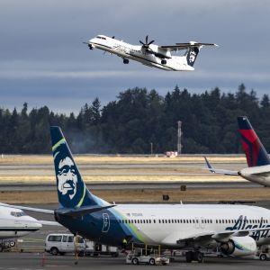 Bombardier Q400 nousee Seattle-Tacoman kentällä