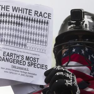 Naamioitunut mielenosoittaja Washingtonissa.