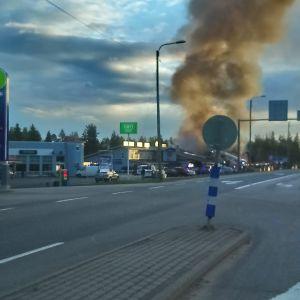 Pudasjärven keskustassa IKH-myymälärakennuksessa palaa.