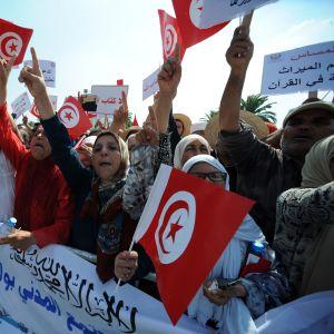 Fundamentalistit osoittivat mieltään hallituksen tasa-arvouudistuksia vastaan lauantaina Tunisissa.