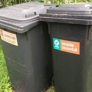 Kuvassa kaksi jäteastiaa