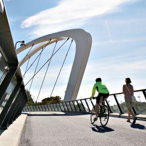 Polkupyöräilijä Auroran sillalla Helsingissä.