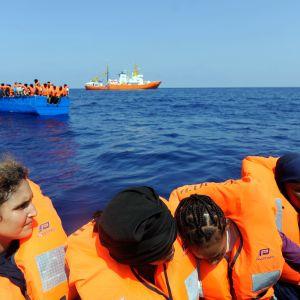 Aquarius-aluksen pelastamia siirtolaisia Välimerellä.