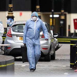 Rikospaikkatutkijat tutkivat autoa parlamenttitalon edustalla Lontoossa.