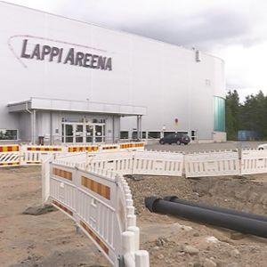 Kaukolämpöputkien sekä sähkö- ja vesijohtojen siirtotyömaa Lappi Areenan edustalla Rovaniemen Ounasvaaralla