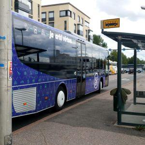 Linja-auto bussipysäkillä Kouvolan keskustassa.