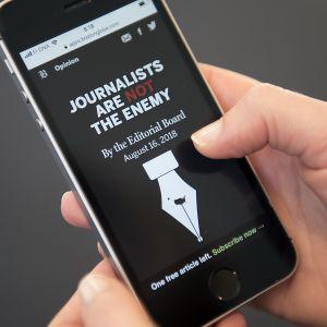 The Boston Globen sivusto kännykän näytöllä.