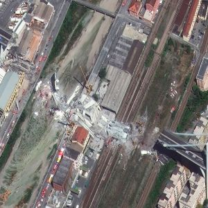 Ilmakuva tiistaina romahtaneesta sillasta Genovassa