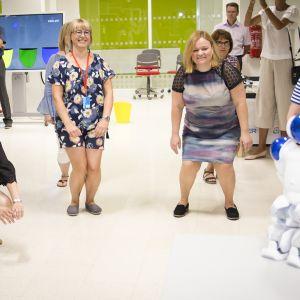 sosiaali- ja terveysvaliokunta jumppaamassa Porissa 18. heinäkuuta.