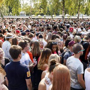 Yleisö odottaa sisäänpääsyä festivaalialueelle.