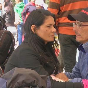 Venezuelasta talouskriisiä paennut pariskunta jäi jumiin Kolumbian ja Ecuadorin rajalle satojen muiden tavoin.