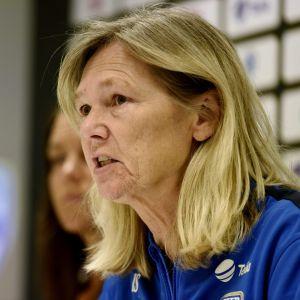 Naisten jalkapallomaajoukkueen päävalmentaja Anna Signeul.