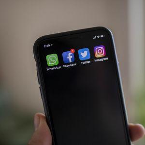 Sosiaalisen median kuvakkeet älypuhelimessa.