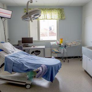 Synnytyssali odottamassa synnyttäjää.