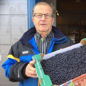 Marjayrittäjä Atte Valkiainen kauppasi puhdistettua mustikkaa 8 euron kilohintaan.