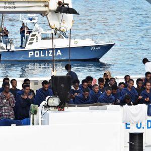 Pakolaiset rukoilevat Diciotti-laivalla Catanian satamassa Italiassa.