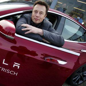Elon Musk poseerasi Teslan kanssa Amsterdamissa vuonna 2014.