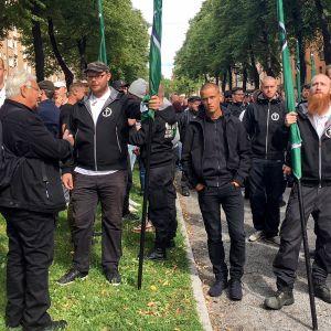 joukko miehiä mielenosoituksessa