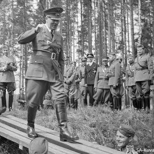 Adolf Hitler kävelee lankkusillan päällä.