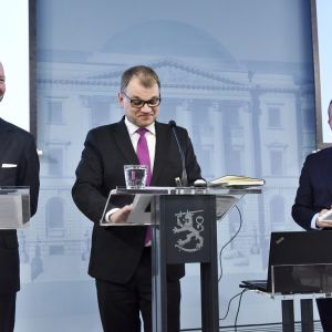 Eurooppa-, kulttuuri- ja urheiluministeri Sampo Terho (sin), pääministeri Juha Sipilä (kesk) ja valtiovarainministeri Petteri Orpo (kok) hallituksen kehysriihen loppuinfossa Helsingissä 11. huhtikuuta.