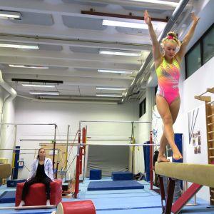 Nuori tyttö voimistelee.