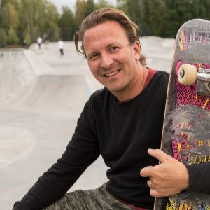 Samuli Heino istuu Espoon Leppävaaran skeittiparkissa.
