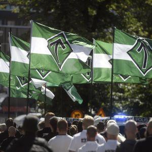 Uusnatsien Pohjoismainen vastarintaliike marssi Turun keskustassa Turussa lauantaina 18. elokuuta.