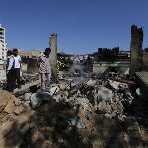 Jemeniläiset tutkivat Sanaan kaupungissa sijainneen koulun raunioita sen jälkeen, kun rakennus tuhoutui Saudi-Arabian johtaman liittouman ilmaiskussa vuonna 2016.