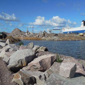 Hangon satama kasvaa parhaillaan muun muassa merelle päin. Myös vanha makasiini on saanut väistyä kasvun tieltä.