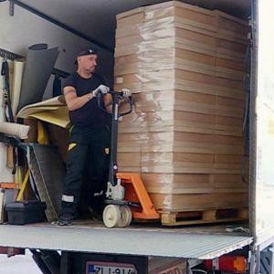 Pahvilaatikoita pakataan muuttoautoon