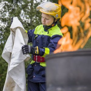 Jyväskylän VPK:n nuorten toiminnassa ohjelmassa sammutusharjoitus. Justus Kokkarinen.
