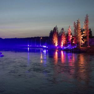 Salakalastajien karkottamiseksi valaistu Kuurnan voimalaitoksen alajuoksu.