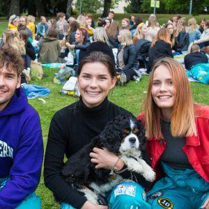 Yhteiskuntatutkimuksen opiskelijoita piknikillä Tampereen Sorsapuistossa
