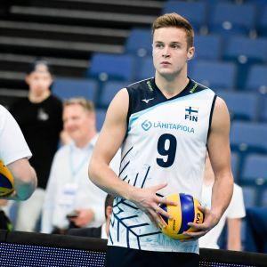 Lentopallomaajoukkueen Tommi Siirilä pallossa.