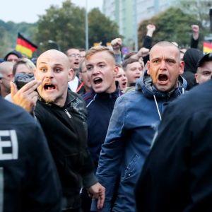 Chemnitzissä äärikoikeiston mieleosoittajat poliisimuurin takana.