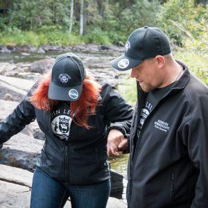 Ville Hynysen kumppanilla Maria Ritvasella on nivelrikko ja hän tarvitsee apua vaikeakulkuisemmissa paikoissa. Hynynen ja Ritvanen pyörittävät yhdessä esteettömään matkailuun perehtynyttä yritystään.