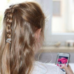 lapsi katsoo älypuhelinta