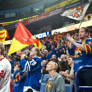 Yleisöä KHL-liigan jääkiekko-ottelussa Jokerit-Kunlun