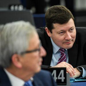 Martin Selmayr toimi aiemmin komission puheenjohtajan Jean-Claude Junckerin (vas.) kabinettipäällikkönä.